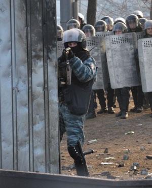 Ukrainian police sniper takes aim (Sergei Supinsky, AFP)