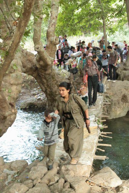 Ezidi refugees being guided to safety by PKK