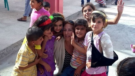 Amy Beam surrounded by Ezidi children in Mardin camp