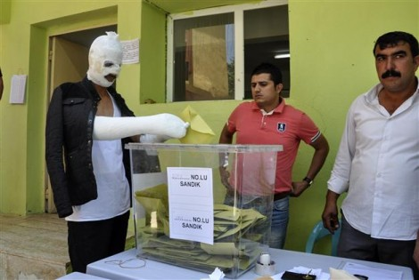 A man who was wounded in the bomb blasts at the HDPS's closing election rally on Friday casts his vote