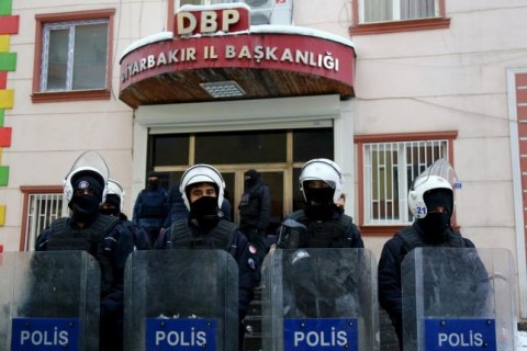Turkish riot police outsideDemocratic Regions Party (DBP) headquarters in Diyarbakir, January 5, 2016. REUTERS/Sertac Kayar